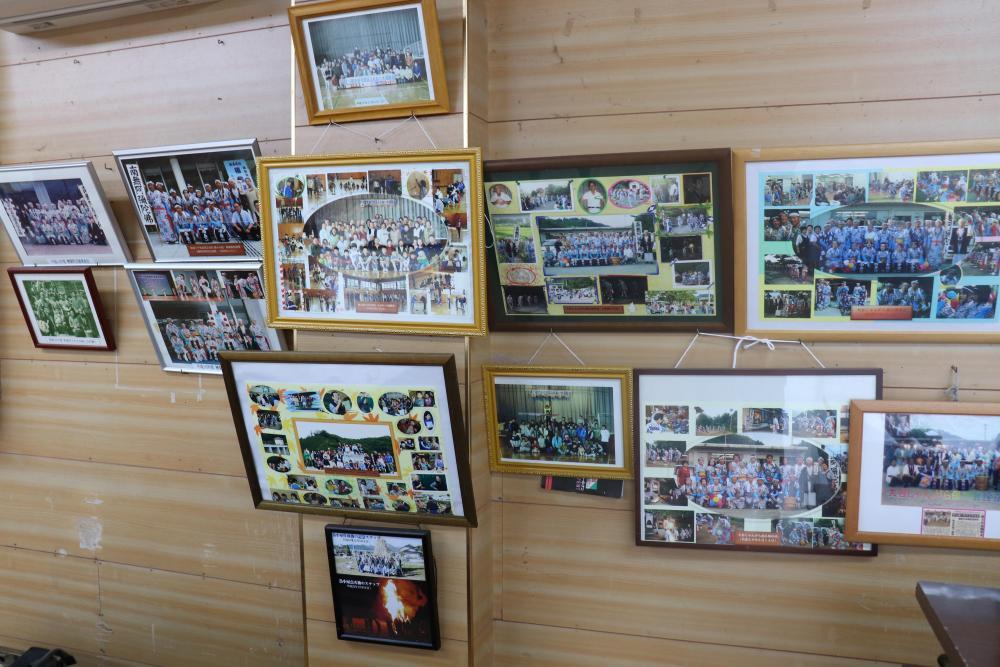 集会所に飾られた思い出の写真たち