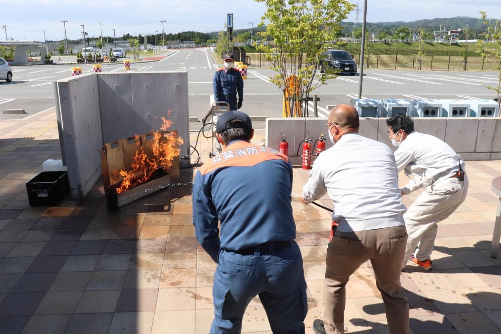 みらい職員も消火を体験